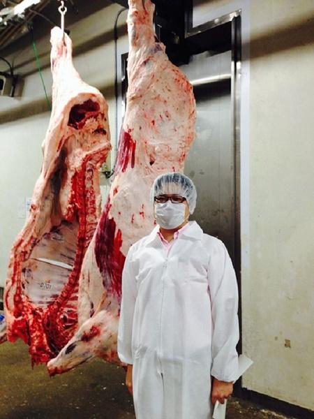 ゼミで食肉労働の現場を学ぶために食肉市場見学、A5ランクの枝肉の前で。 この後、皆で焼肉を食べに行きました。