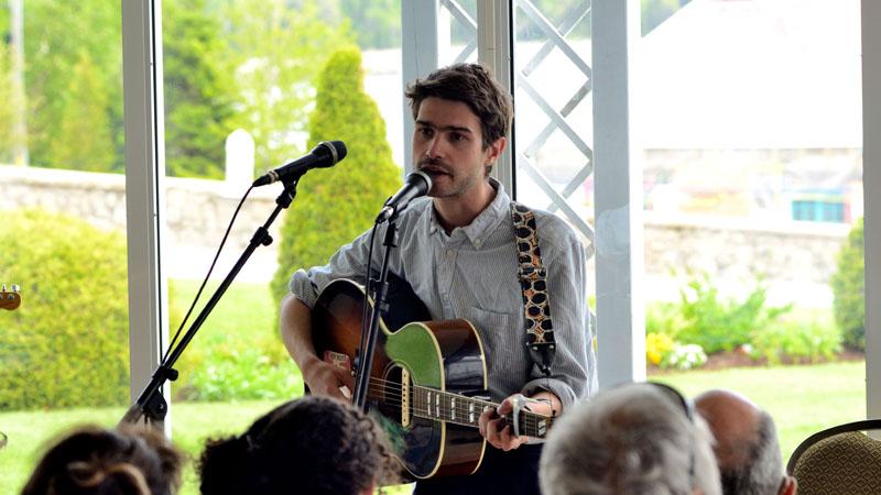 Nicolas Michaux sur la scène de la Verrière de l'Hôtel Tadoussac
