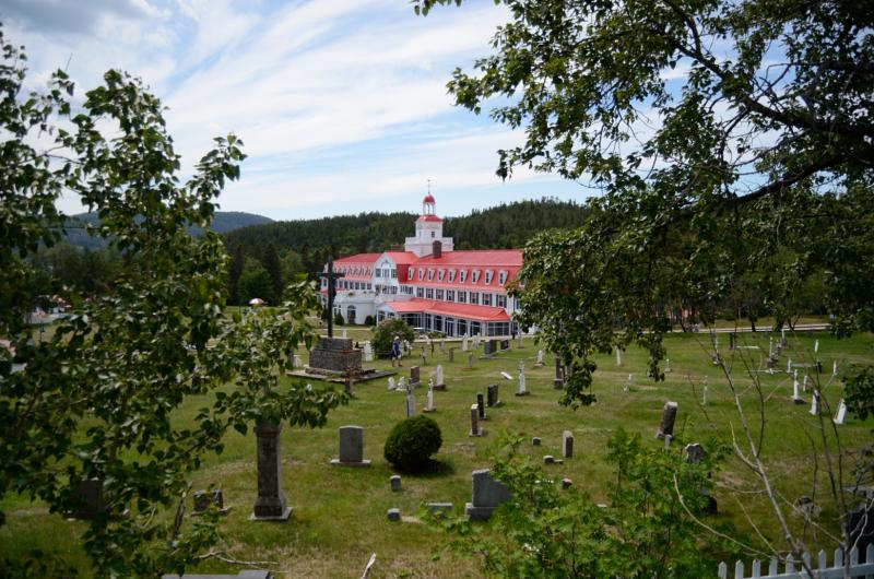 L'Hôtel Tadoussac où se trouve la Salle Marie-Clarisse vu du cimetière