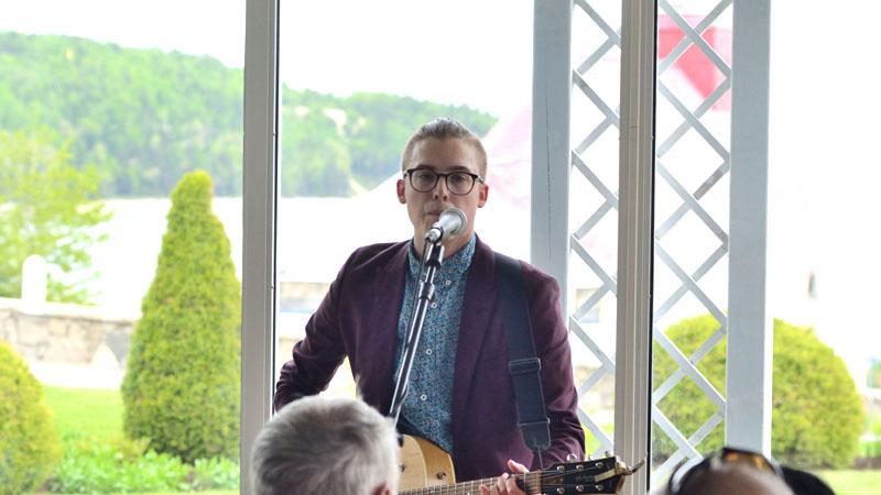 Simon Daniel sur la scène de la Verrière de l'Hôtel Tadoussac