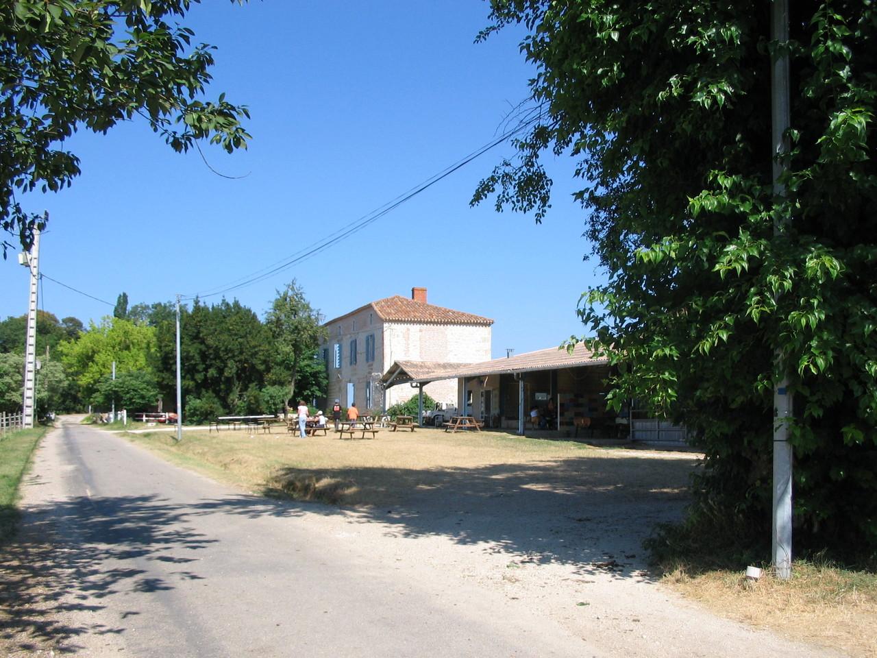A droite de la grande maison, la maison bois avec la cantine et les terrasses