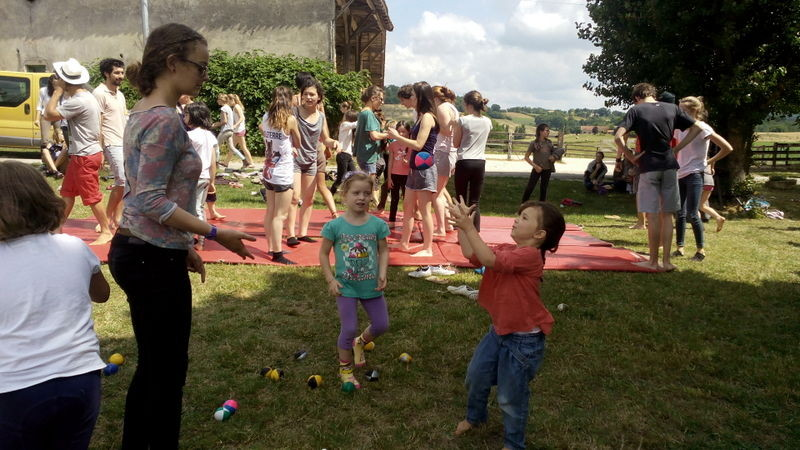 10 élèves jongleurs ou des stagiaires du Poney Club ?