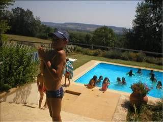 En été, la piscine du club accueille les enfants par petits groupes, après l'équitation
