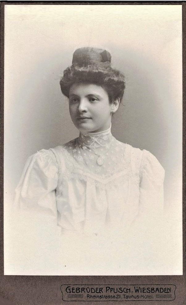 Juliana Strauss als junge Frau