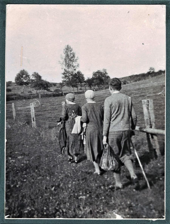 Spaziergang der Tanten Josephine und Helene Strauss mit Karlheinz