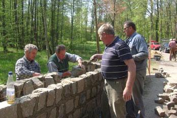 Bau eines Brückengeländers aus Natursteinen