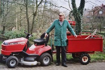 Johann Meyer mit dem Aufsitzmäher bei Aufräum- und Pflegearbeiten