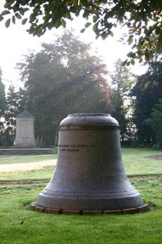 Alte Glocke hinter der Kirche (Foto: © Frank Ambrosius)