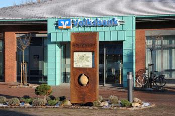"""Skulptur """"Heiligenloh in Bewegung"""" vor der Volksbank (Foto: © Burkhard Osterloh)"""