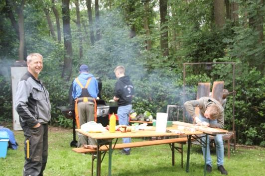 Bei der Henckemühle gab es neben Kunst auch Fisch vom Fischereiverein Twistringen