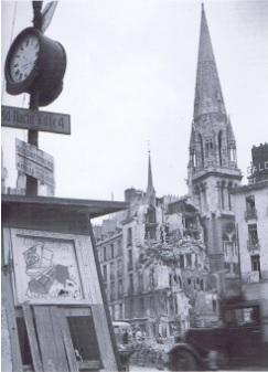 """Ce panneau indique""""Liberators Liberators!"""" et montre un cerceuil  et des ruines."""