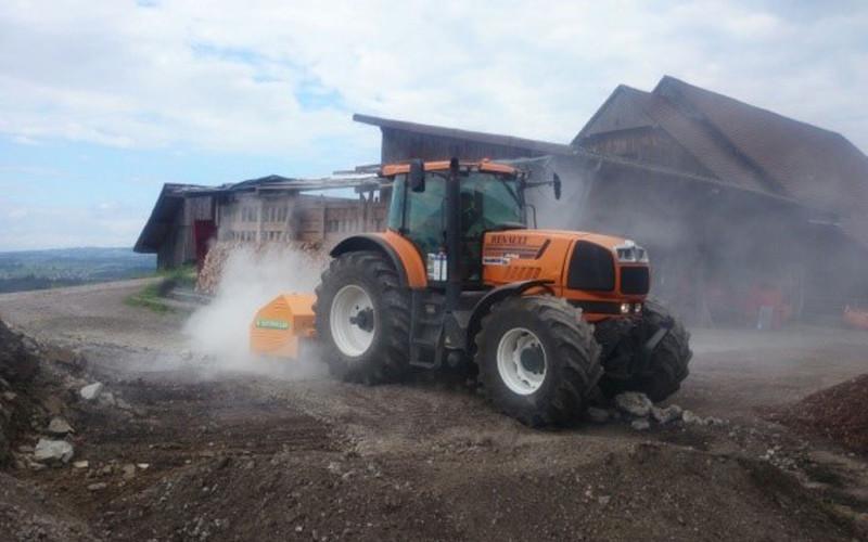 Traktor mit Steinbrecher