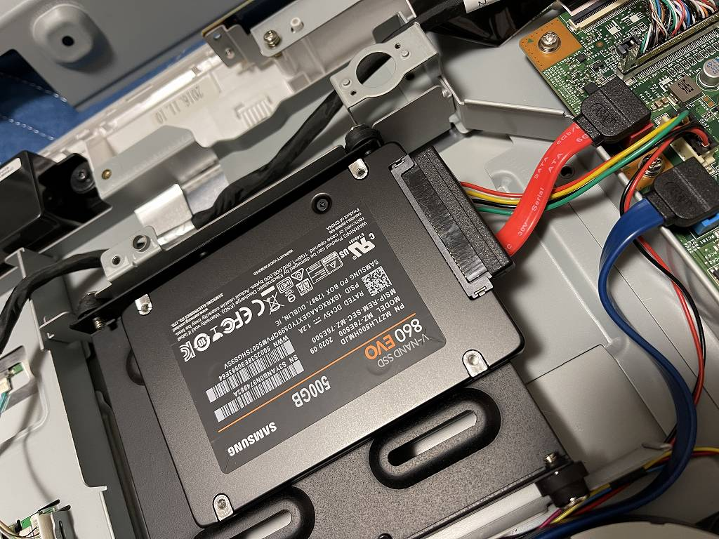 土岐市のお客様より富士通 ESPRIMO FH52/A3 一体型パネルトップパソコンのSSD半導体ディスク換装+メモリ増設作業のご依頼をいただきました。