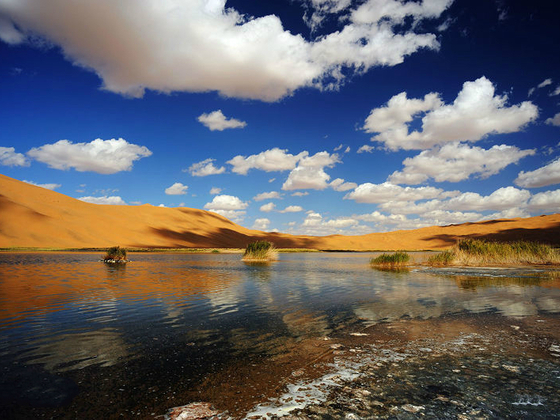 A rare oasis: Badain Jaran lake in the Gobi desert lies close to the new Silk Road, where widespread desertification and drought are major concerns (Image by baike)