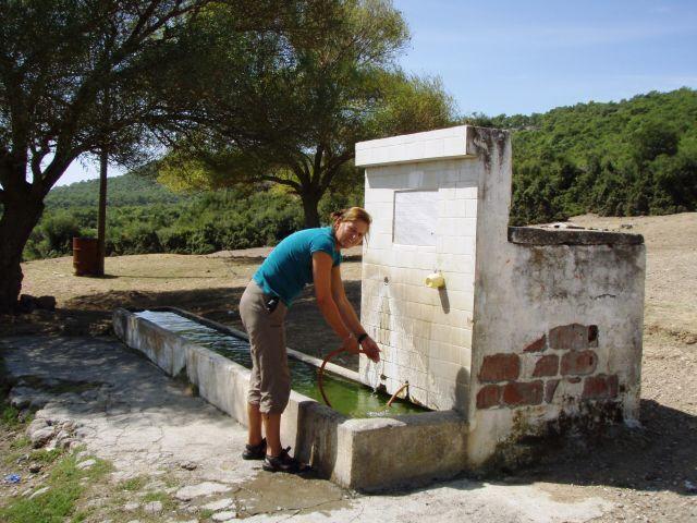 Wasserfassen am öffentlichen Brunnen