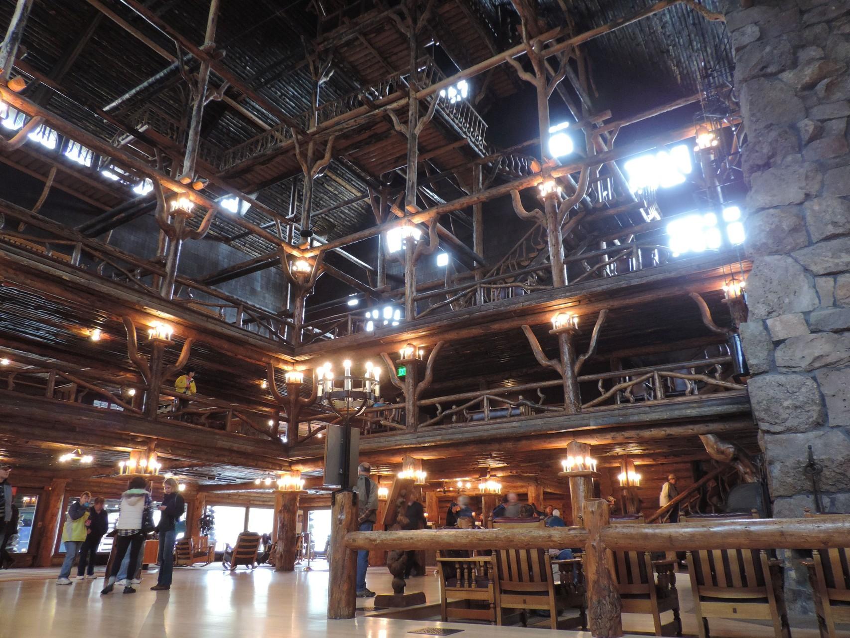 Old Faithful Inn Hotel, sieht aus wie ein riesiges Blockhaus