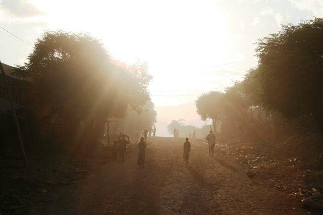 Dorfdurchfahrt am frühen Morgen