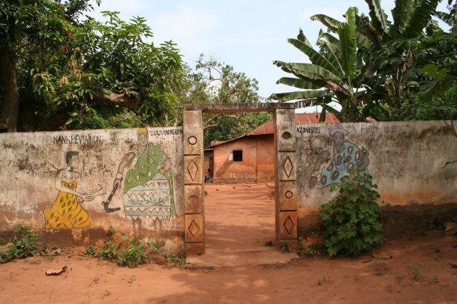 Eingang zum Voodoo Dorf