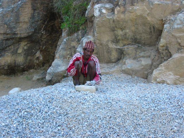Steine klopfen für den Straßenbau