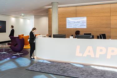 Empfangsbereich-Foyer-Theke-Tresen-Alfred-Kiess-Innenausbau-Stuttgart-Lapp-Kabel