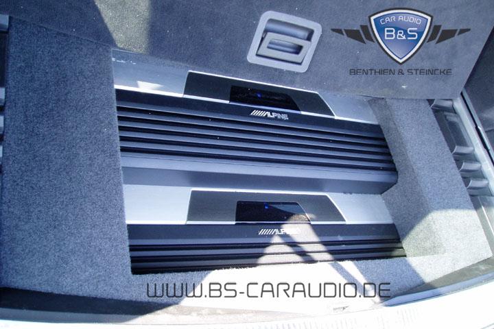 Auch hier sind die Verstärker wirklich großzügig dimensioniert. Der Audi Q7 verliert aber oberhalb der (im Bild zurückgeschobenen) originalen Kofferraum-Bodenabdeckung keinerlei Stauraum.
