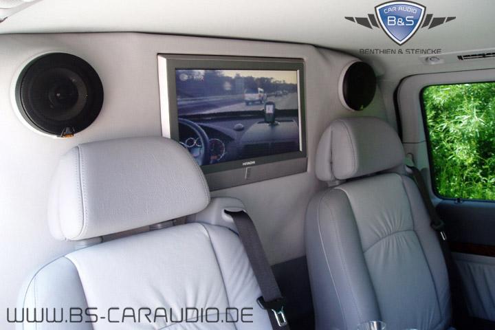 Viano - Blick in Fahrtrichtung, die Fahrerkabine wurde komplett abgetrennt, ein Frontkamera-System gewährt den Passagieren trotzdem Einblick auf die Fahrt, alternativ kann natürlich auch auf ein Unterhaltungsprogramm umgeschaltet werden.