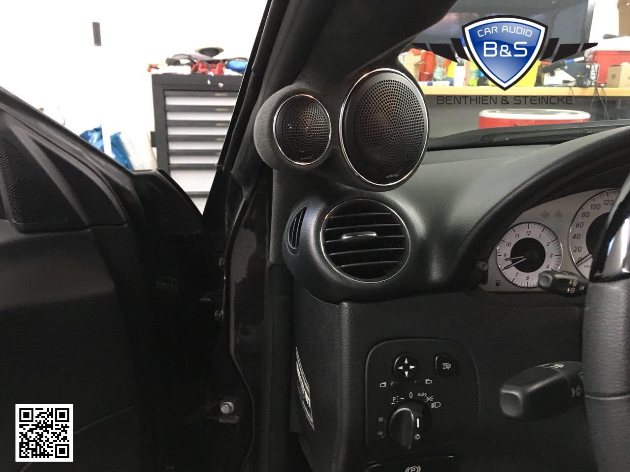 Audiofrog GB10 und GB25 wurden speziell ausgerichtet auf den Fahrer installiert . Die neuen A-Säulen haben wir in Alcantara bezogen.