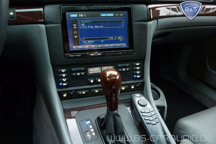 Eine Freisprechanlage mit zusätzlichem Hand-Telefon, die wir innerhalb einer Multimediaanlage in einem BMW E38 nachgerüstet haben.