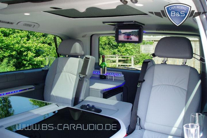 Auch hier: Ein von B&S Car Audio zum VIP-Fahrzeug umgebauter Viano, bei dem die Fond- Passagiere mit dem Rücken in Fahrtrichtung nach hinten auf einen Deckenmonitor Sicht haben.