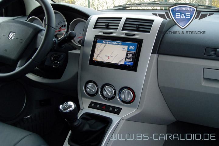 Die Integration eines Kenwood-Gerätes mit doppelter DIN-Schachthöhe in das puristische Design eines Dodge Calibers.