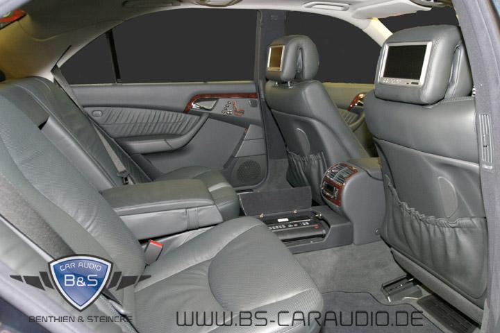 In diesem Mercedes W220 war eine unmittelbare Anbindung an die eigentliche Kopfstütze ohne Risiko möglich.