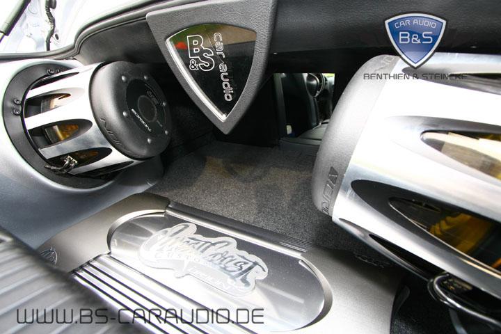 Verstärker und Subwoofer bilden in diesem Show-Ausbau in einem Mazda RX 8 eine eindrucksvolle Einheit. Wir sind stolz drauf für diverse europaweite Car-Hifi-Hersteller, wie Kenwood, Alpine, Magnat, Carpower, Ampire und Speed-Link Autos realisiert zu haben