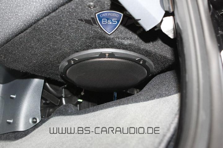 Für den perfekt versteckten Subwoofereinbau im Beifahrerfußraum des Smart 451 haben wir uns exklusiv Produktionswerkzeuge anfertigen lassen. Es kommt zu keiner Beeinträchtigung im Fußraum und dennoch zu druckvoll klingenden Bässen im ganzen Wagen.