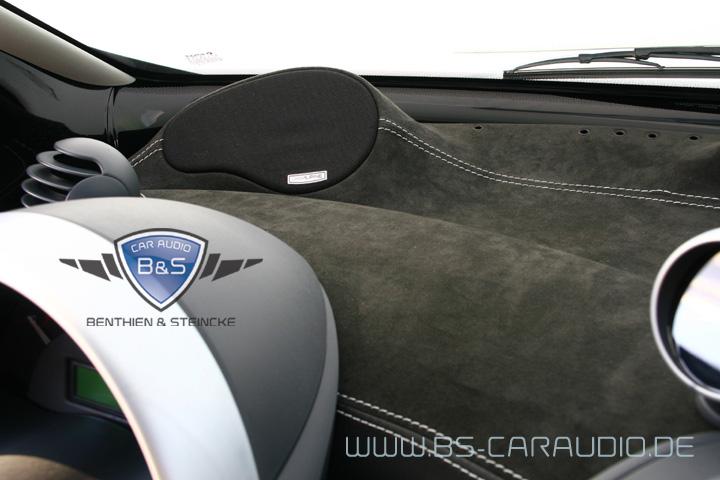 Ein Alpine-Lautsprechersystem mit der Kombination aus Mitteltöner und Hochtöner, das wir in einer wunderschönen Velourleder-bezogenen Frontarmatur eines Smart 450 eingebaut haben.