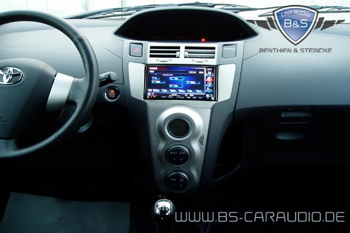 Die markante Werks-Gestaltung im Toyota Yaris ist hier durch die perfekte Integration des Steuergerätes nicht zerstört, sondern noch betont.