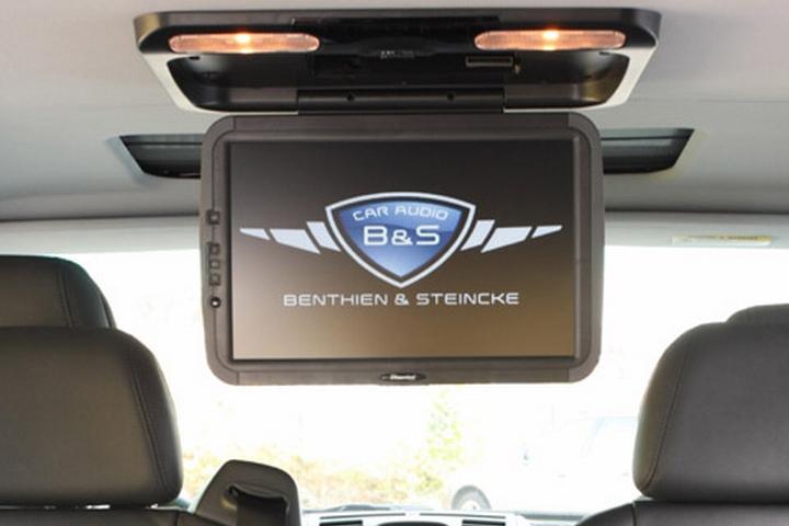 Ein typischer Deckenbildschirm guter Qualität, wie wir ihn schon in vielen Fahrzeugen montiert haben. 16:9 ist hier als Format inzwischen üblich, Bildschirmdiagonalen zwischen 11″ und 19″ auch. Weitere Formate sind aber auch realisierbar.