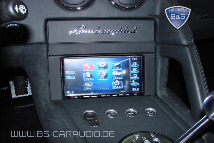 Auch im engen Innenraum eines Supersportlers findet sich Platz für hochwertige Technik. Dieses Kenwood-Multimedia-Gerät haben wir in einem Lamborghini installiert.
