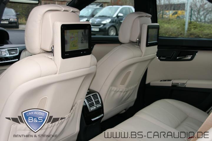 Dieser Mercedes W221 in weißem Leder hat ebenfalls von uns Monitore eingebaut bekommen, die so aussehen, als wären sie schon immer dagewesen.
