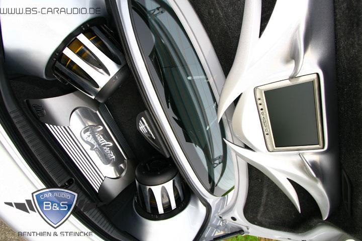 Der komplette Show-Ausbau im Kofferraum des Mazda RX8 hat hier jeden Quadratzentimeter des Kofferraumes und der Heckklappe erfasst. Der Besitzer hat damit auf unzähligen Veranstaltungen, in Zeitschriften und Fernsehen die Blicke auf sich gezogen.