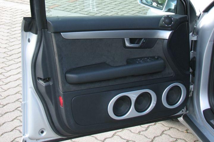 Auch die Türen dieses Audi A4 sind einerseits aufwändig und klangstark umgebaut – dabei aber voll rückrüstfähig und ohne mehr Platz zu brauchen als die Original-Türtaschen.