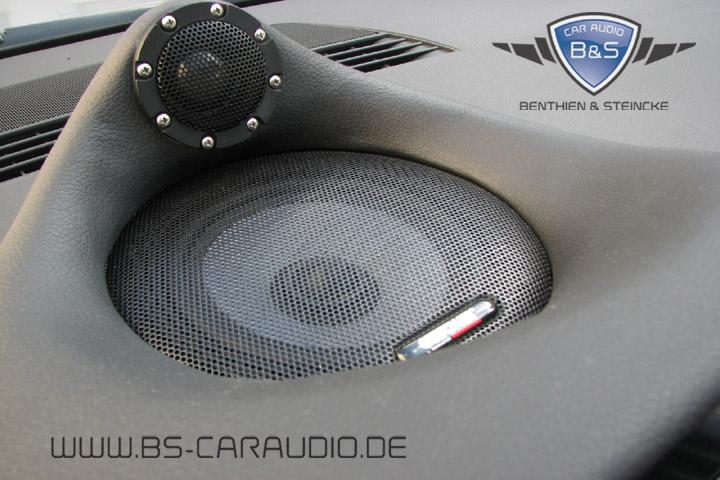 Zentral auf dem Armaturenbrett dieses Audi A4 haben wir akustisch kompromisslos einen futuristischen Centerlautsprecher des installierten Surround-Systems geschaffen, der ebenso Eyecatcher wie Ohrenschmeichler ist.