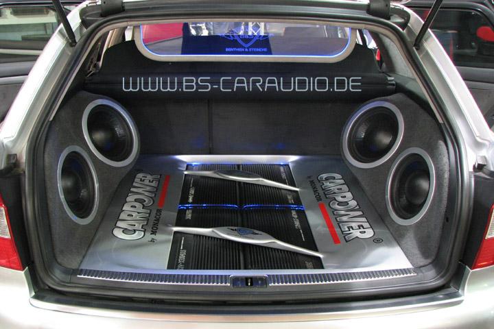 Die Kofferraum eines Audi A4 Avant ist mit einer sehr umfangreichen und phantastisch klingenden Anlage ausgebaut. Erst auf den zweiten Blick ist er sichtlich, dass der Kofferraum weiterhin mit der entsprechenden Bodenplatte optimal nutzbar ist.