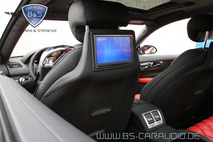 Ein Einbau mit optimaler Anpassung an die Sitze eines Mercedes CL. Für die Verwendung geeigneter Oberflächen für die ggf. erforderlichen Anbauteile ist meist Original-Material wie Stoff oder Leder des Herstellers sinnvoll.