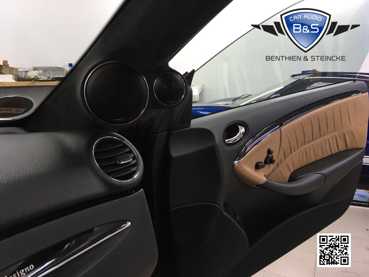 Die Chromringe und Gitter fügen sich ideal in das Design des eleganten Mercedes ein. In den Türen spielen die GB60 Bässe hinter den Originalgittern.