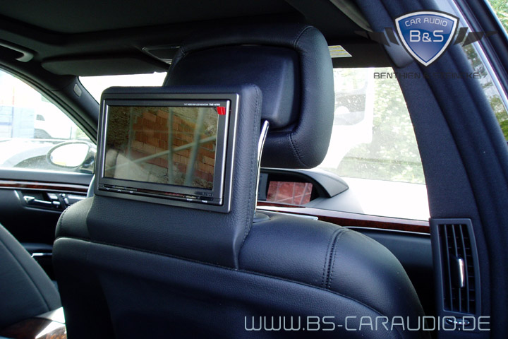 Auch in dunklem Leder überzeugen die Kopfstützen-Bildschirme in diesem W221.