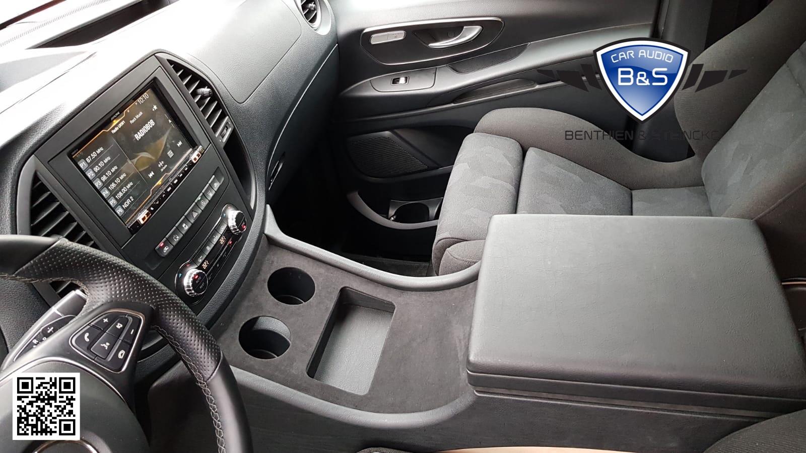 Wir haben unsere von uns entwickelte Mittelkonsole auf die Platzwünsche des Kunden angepasst. Auch auf die neuen Recaro Sitze von Autositze Teske GmbH musste beim Bau der Konsole Rücksicht genommen werden.