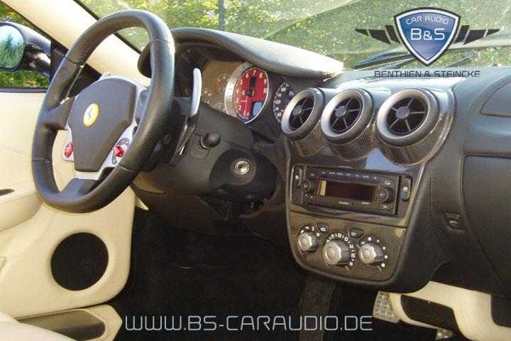 Selbst im spartanischen Kohlefaser-Armaturenbrett des Ferrari F430 lässt sich ein modernes Autoradio einbauen. Hier haben wir ein Becker-Gerät so integriert, dass es in die Umgebung aus Karbon und schwarzem Leder passt.