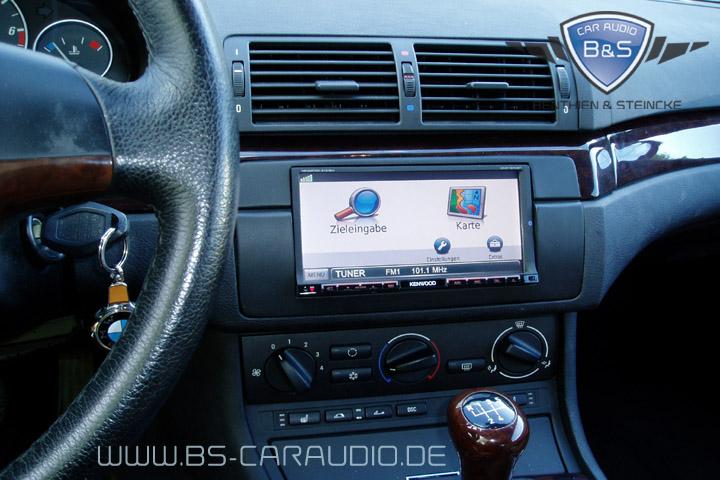 Ein typisches Navigationssystem, das wir hier in einem BMW E46 installieren durften. Praktisch, übersichtlich und sicher wie es eine technische Hilfe sein soll – als Audio-Steuergerät gleichzeitig aber auch eine echte «Spaß-Maschine».