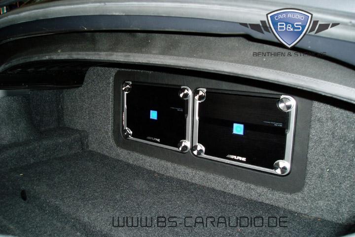 Auch im sportlichen BMW Z4 steht nicht sehr viel Platz zur Verfügung. So wie die sehr leistungsfähige Alpine-Verstärker-Kombination von uns hier installiert wurde, ist der Kofferraum aber sogar noch größtenteils nutzbar geblieben.