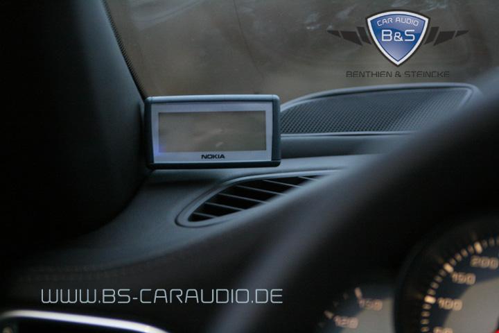 Das Display einer Nokia-Freisprechanlage, Bei B&S Car Audio perfekt an der A-Säule eines Porsche 997 montiert.in weiteres Nokia-Display, das wir im Rahmen einer Freisprechanlage stehend auf dem Armaturenbrett eines VW T5 montiert haben.